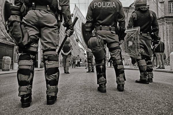 Mơ thấy mình là cảnh sát hình sự và đang thẩm vấn tội phạm