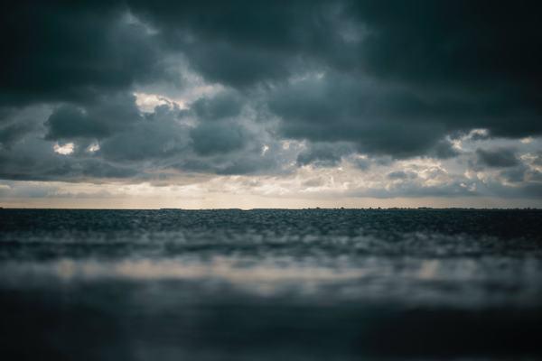 Mơ thấy mưa rất to và có nhiều mây đen và bạn đứng trong nhà nhìn ra