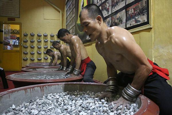 Cao thủ Nam Huỳnh Đạo luyện đàn trảo công