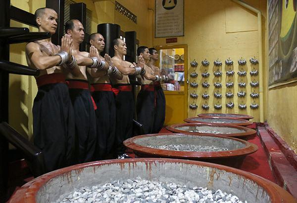 Chỉ có những võ sư có nội công nhiều năm mới được bước vào mật thất tập luyện