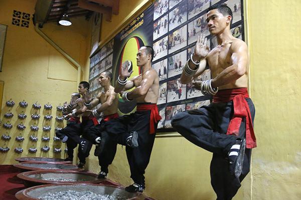Các võ sư tọa thiền bằng 1 chân vô cùng điêu luyện