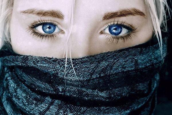 12 điềm báo nháy mắt phải (mắt phải giật) liên tục ở nam và nữ theo giờ mang điềm lành dữ thế nào?