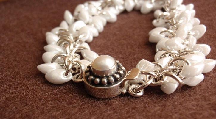 Những vòng đeo của người mang mệnh Kim sẽ là những màu liên quan đến màu trắng