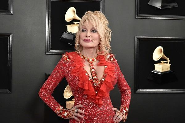 """Dolly Parton: Nữ ca sĩ nghiện... """"bơm, vá"""""""