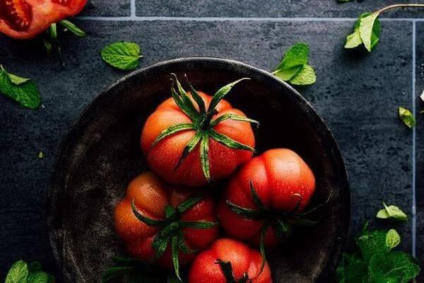 Dùng cà chua trị mụn thâm ở lưng