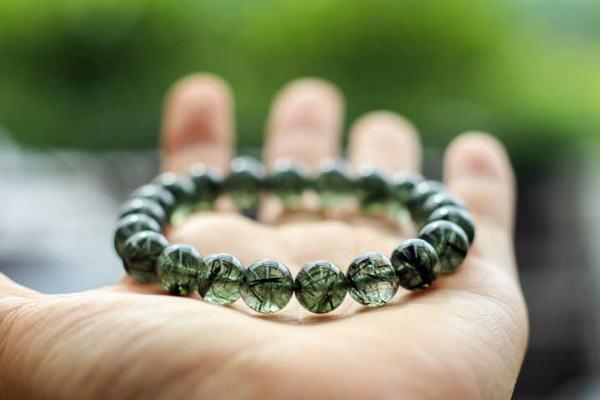 Mệnh Mộc hợp đá Thạch Anh màu gì - Màu sắc tương hợp với mệnh phải kể đến đó chính là màu xanh lá