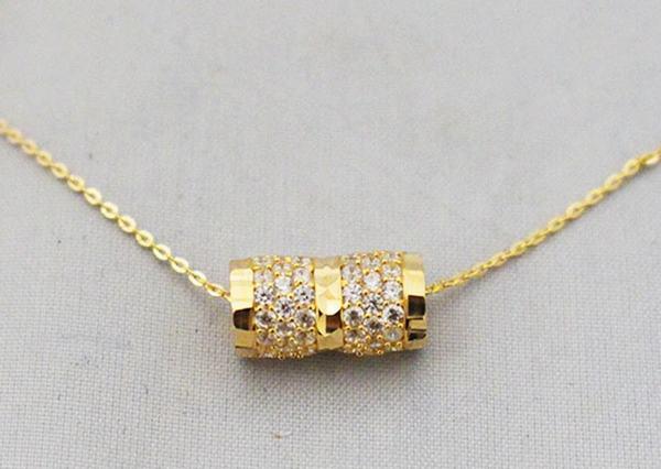 Ngủ mơ thấy người khác đeo dây chuyền vàng cho mình điềm lành hay dữ?