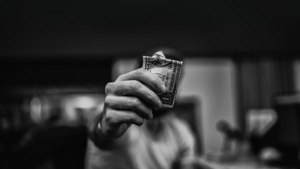 Ngủ mơ thấy bạn cho tiền người khác là hên hay xui?