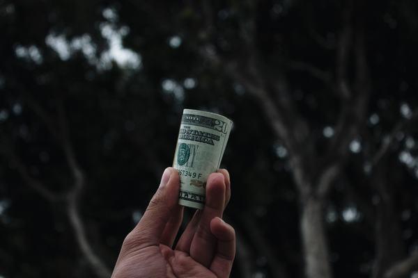 Chiêm bao thấy được bạn bè, bạn thân cho tiền